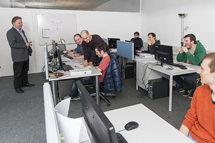 Im Bild: Robert Licen (ANECON) hält das Training zur ISTQB®-Tester-Zertifizierung für die Specialisterne-Gruppe